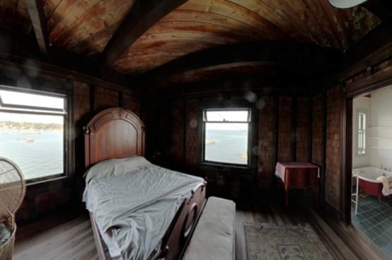 Старый деревянный дом в океане