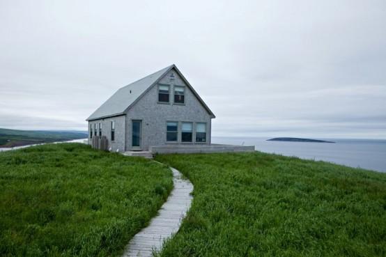 Уединенный домик на острове в скандинавском стиле