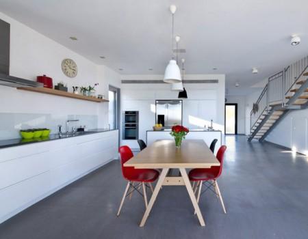 Дом из бетона с просторным интерьером в Израиле 10