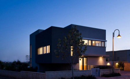 Дом из бетона с просторным интерьером в Израиле 12