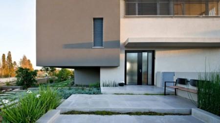 Дом из бетона с просторным интерьером в Израиле 3