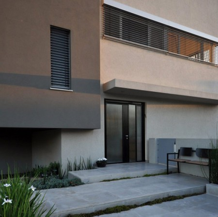 Дом из бетона с просторным интерьером в Израиле 4