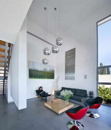 Дом из бетона с просторным интерьером в Израиле 6