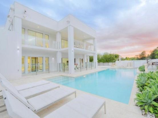 Изысканный дом, полностью в белом цвете