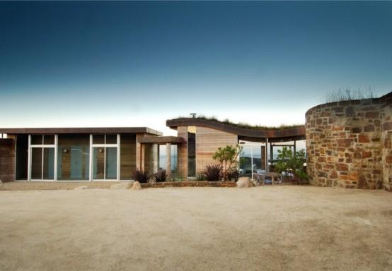 Дом с необычной архитектурой и минималистским интерьером