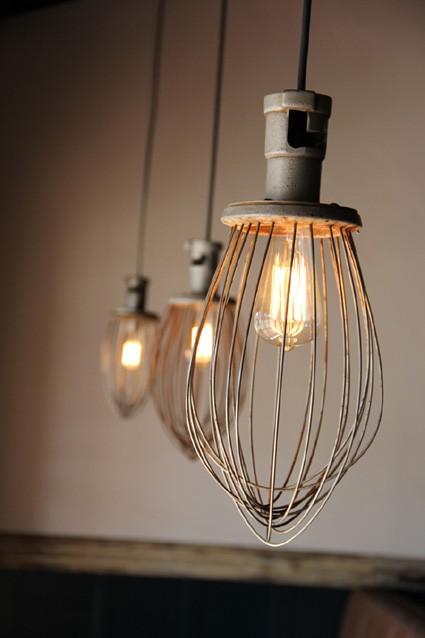 Подвесные светильники для вашей кухни: 17 фото