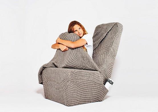 Уютное кресло с шерстяным одеялом