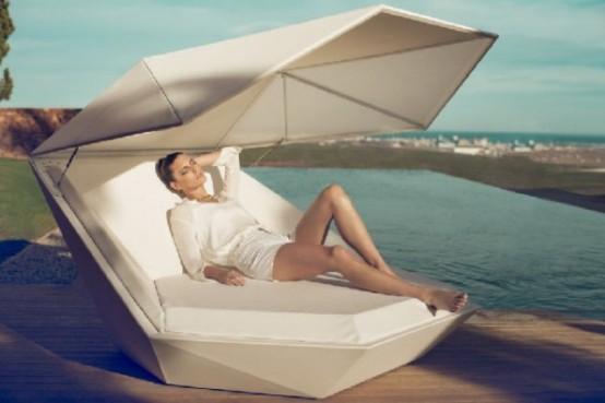 Белый диван с встроенными динамиками