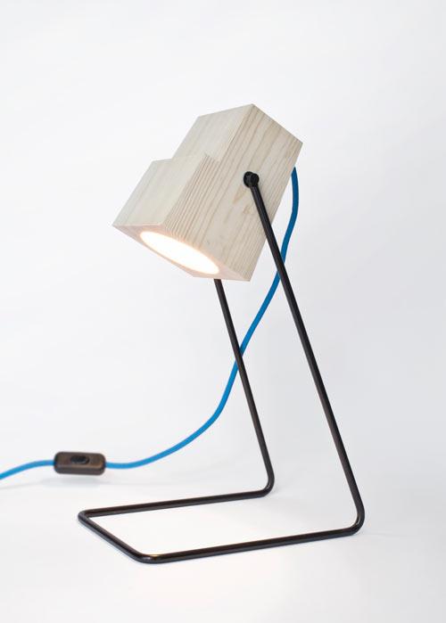 Минималистская настольная лампа из натурального дерева
