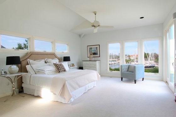 Роскошная мужская спальня с панорамными окнами