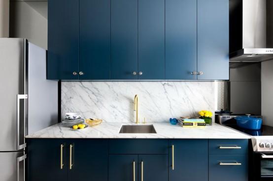 Дизайн кухни в сине-золотых тонах с использованием мрамора