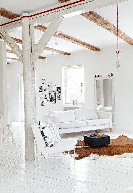 Максимум белого в интерьере гостиной: 20 фото