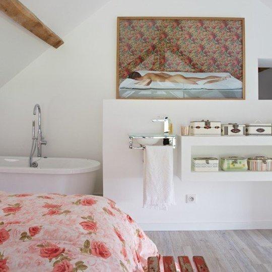 Ванна и спальня в одном из домов Франции.