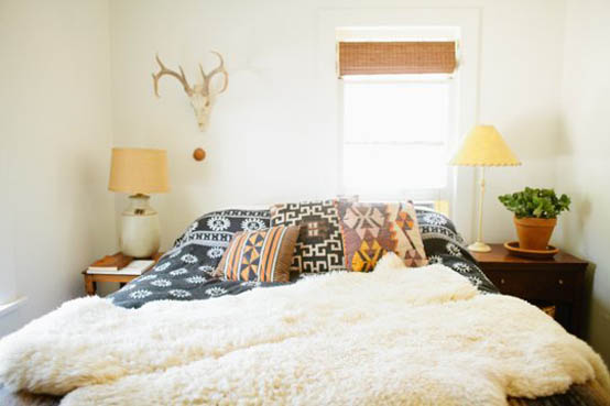 изголовье кровати возле окна