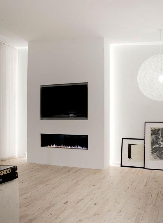 оформление стены с телевизором в гостиной с каминой