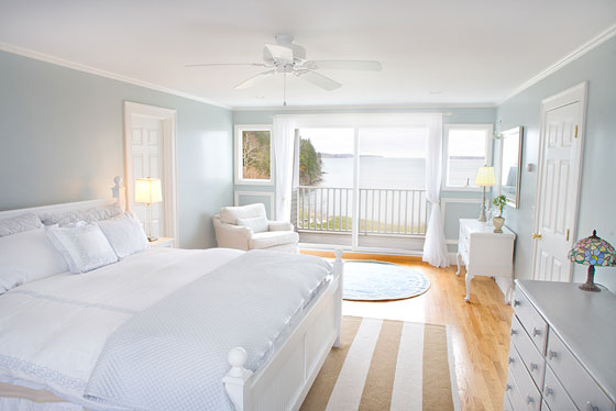 04-coastal-calmness-white-bedroom-decoration-homebnc-1