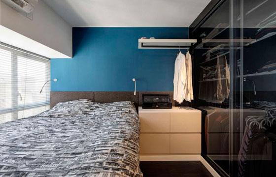 Шкаф-купе с прозрачными дверцами не утяжеляет комнату
