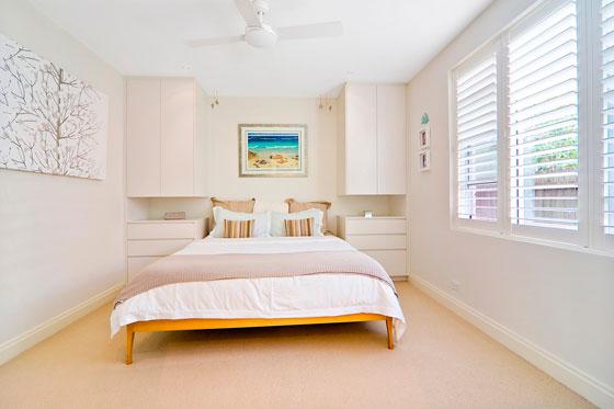 Шкафы можно повесить на стену по бокам кровати